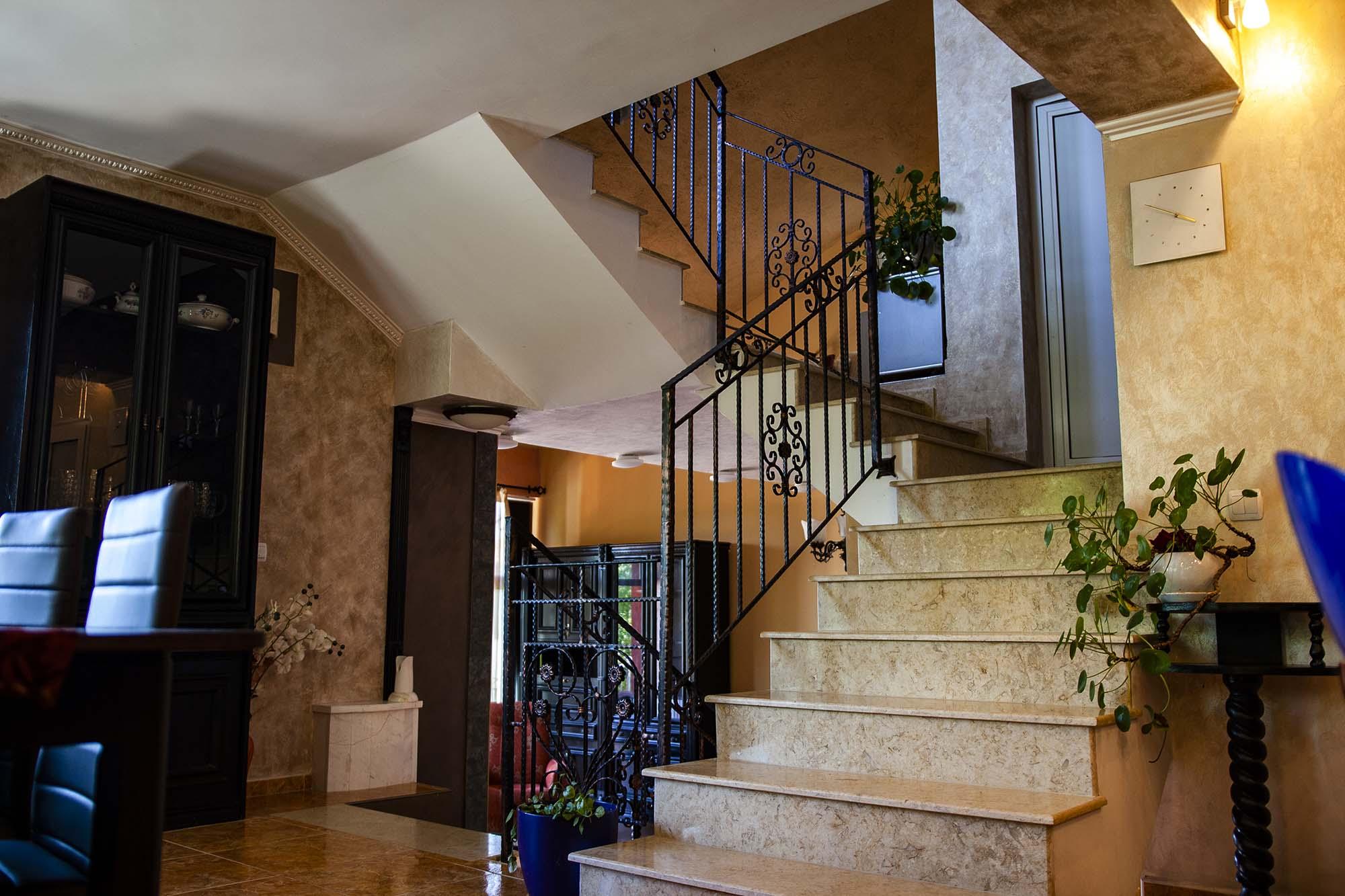 Стълбище 4 към горния етаж на вила Дияна