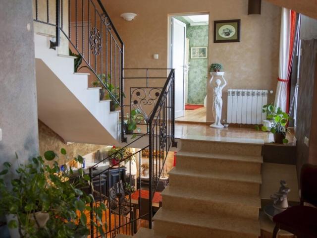 Стълбище 3 с парапет във вила Дияна