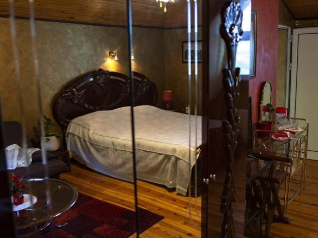 Голяма дървена спалня във вила Дияна